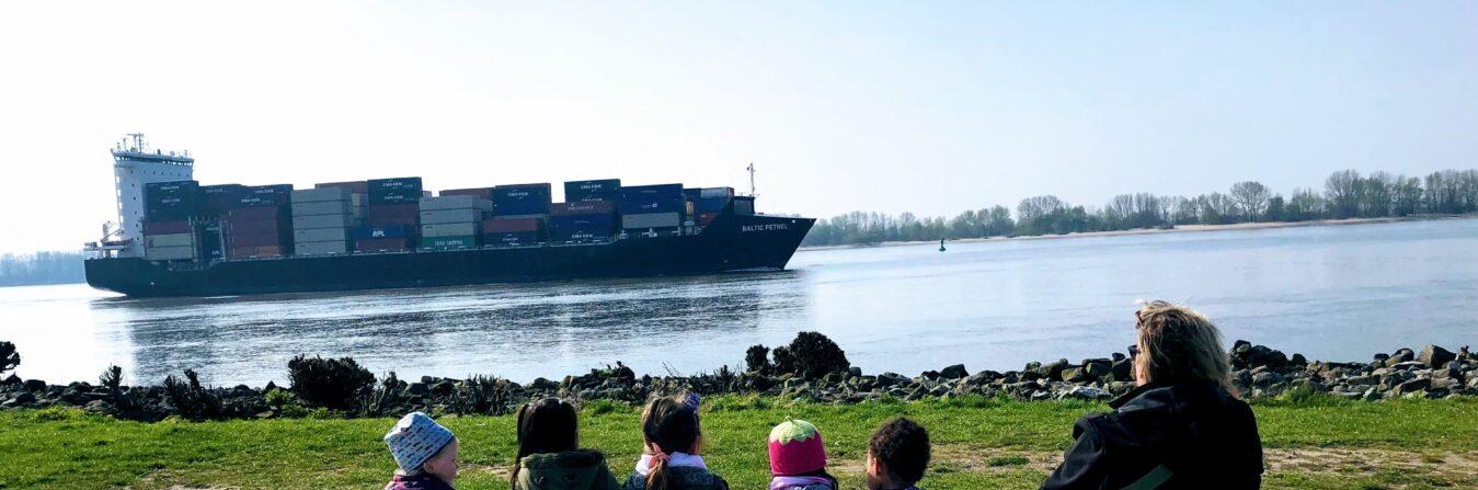 Eine Tagesmutter mit Kindern auf Entdeckungsreise an der Elbe